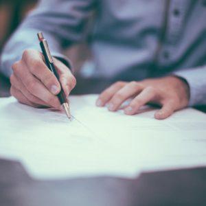 contrats en train d'être signés